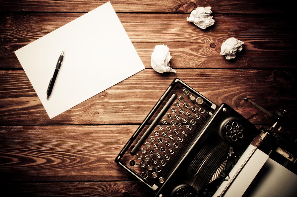 maszyna do pisania i dziennikarz