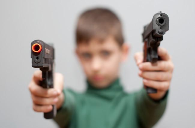 dziecko-zabawa-bron-pistolet