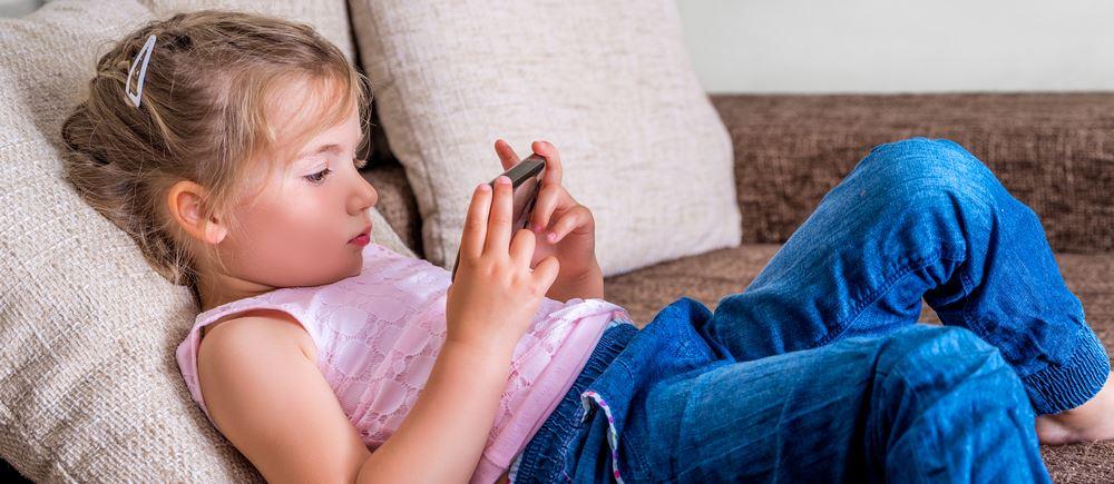 gra-gry-dziecko-smartfon