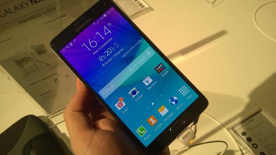 Pomiędzy ekran a ramkę Note 4 możesz wcisnąć wizytówkę. Samsung twierdzi, że to nie problem
