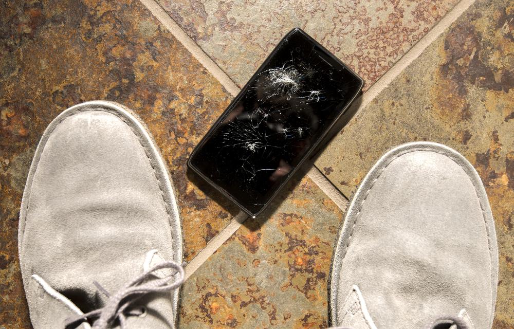 uszkodzony wyswietlacz pekniety ekran smartfon iphone