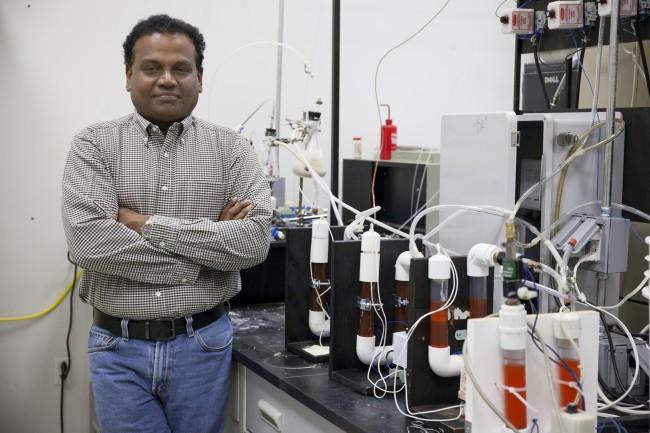 Profesor nadzwyczajny Pratap Pullammanappallil, odpowiedzialny za kosmiczną kupę odkryć