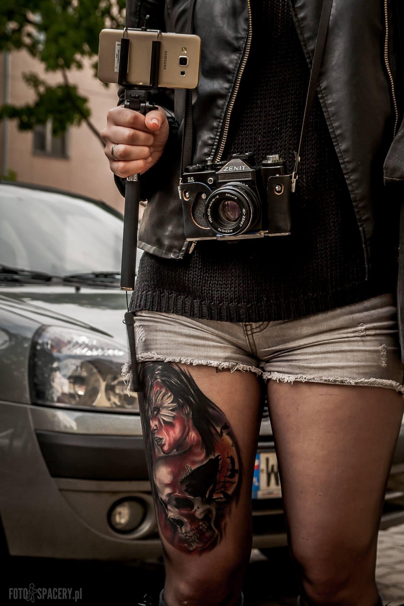 """Takie tam """"spotkanie"""" na jednym z Fotospacerów: jeden z najnowszych smartfonów Samsunga (na kijku do selfie) oraz… Zenit. Fot. Arek Uriasz."""