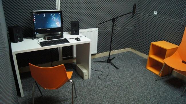 Pracownia Orange w Grabowcu stworzyła profesjonalne studio nagraniowe, gdzie młodzież może uczyć się cyfrowej obróbki i tworzenia dźwięku! Takie miejsce posłuży na lata.