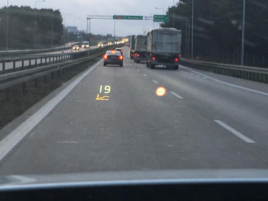 Informacje o: aktualnej prędkości, dopuszczalnej prędkości, odległości od pojazdu