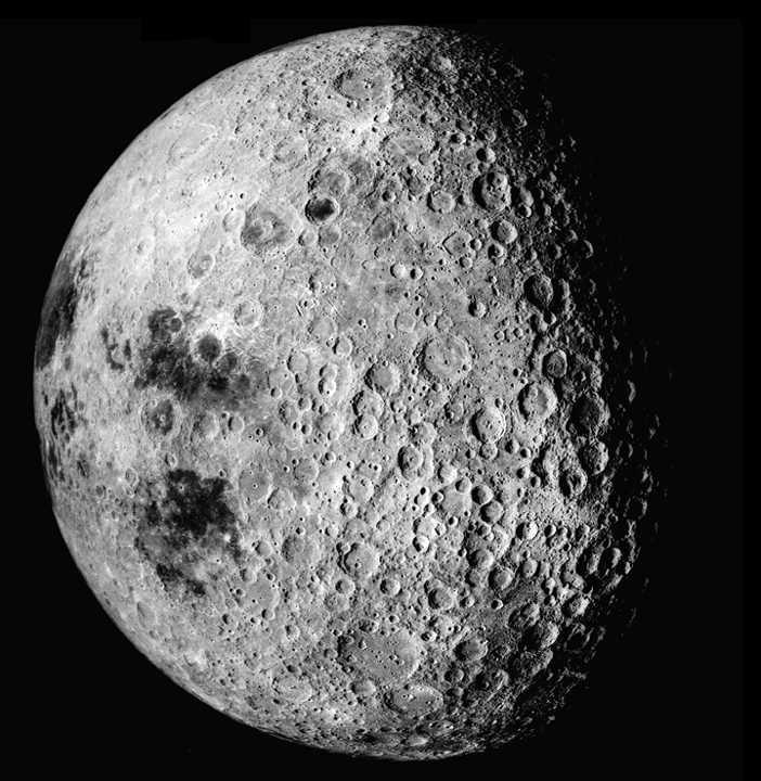 Druga - odwrócona od Ziemi, strona Księżyca (fot. NASA)
