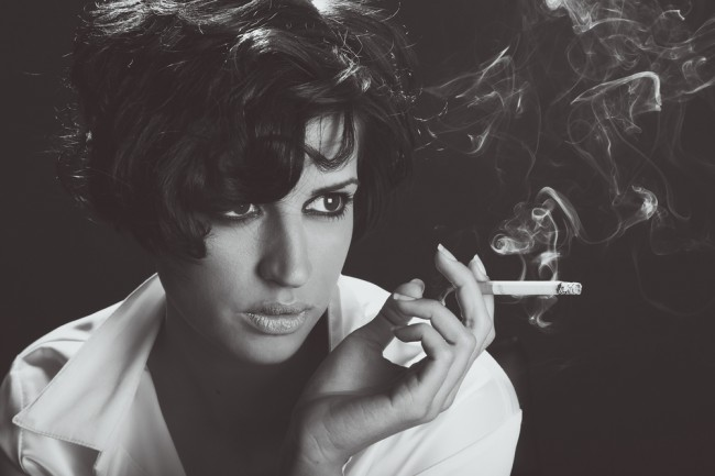 kobieta papierowy malboro papieros elektroniczny