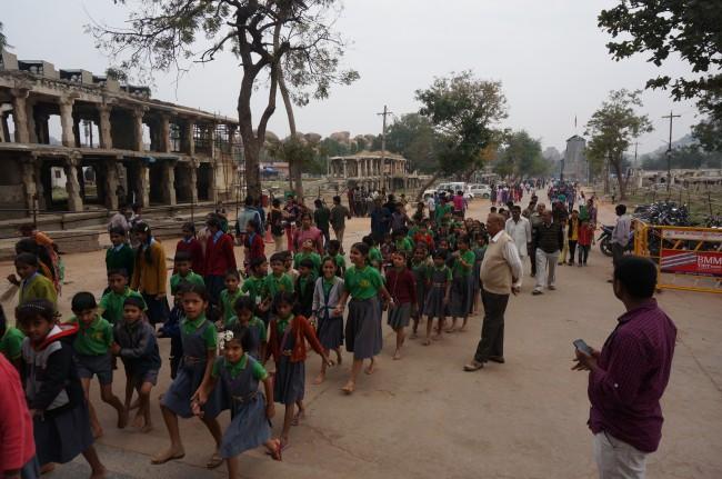 Najlepsze są szkolne wycieczki - w Hampi dzieciaki biegały za mną od ruin do ruin.