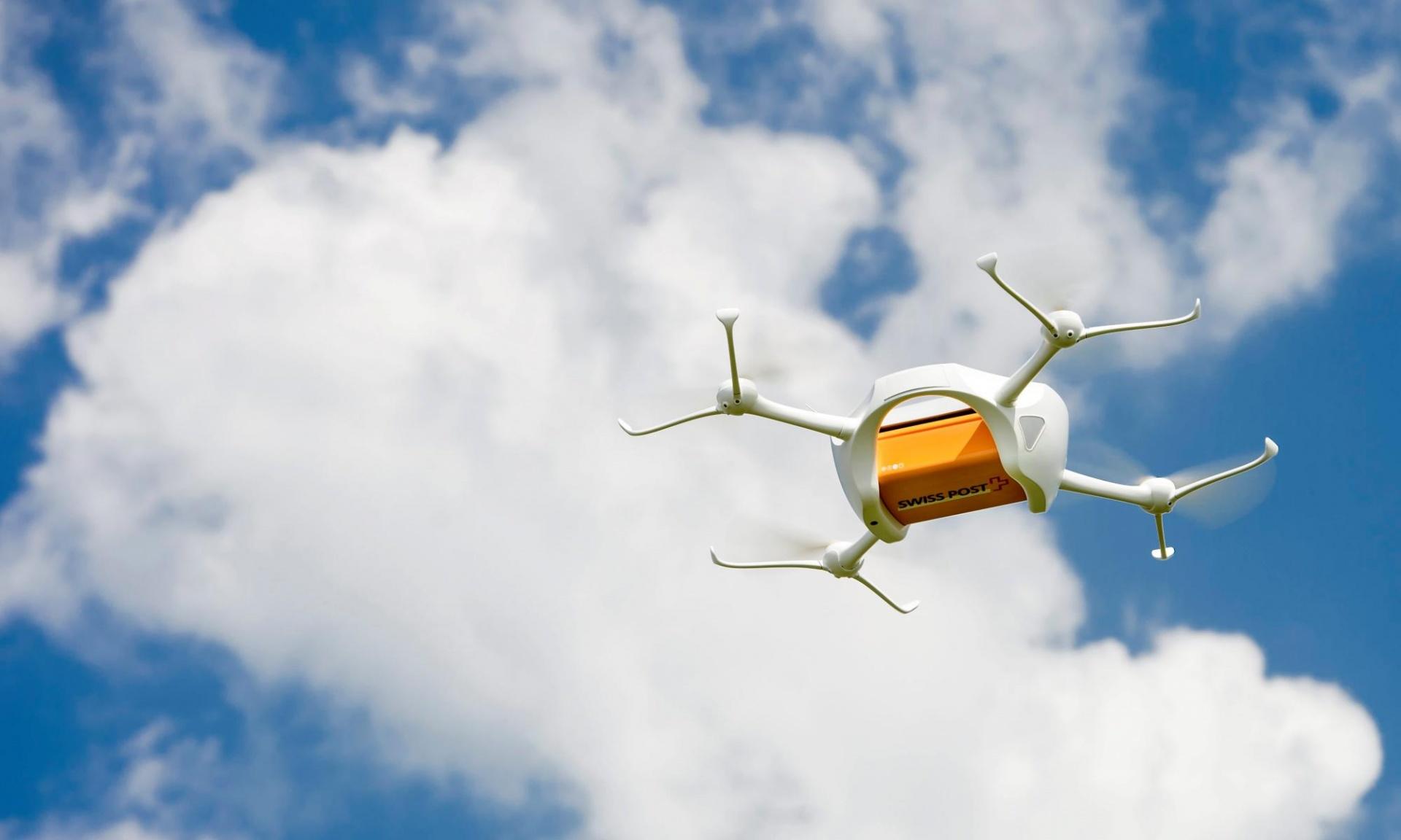 Tak wygląda dron-listonosz. Fot. Jean-Christophe Bott/EPA