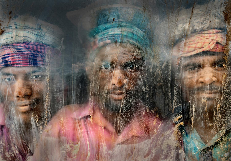 Autor: Faisal Azim. Robotnicy na żwirowisku. II miejsce
