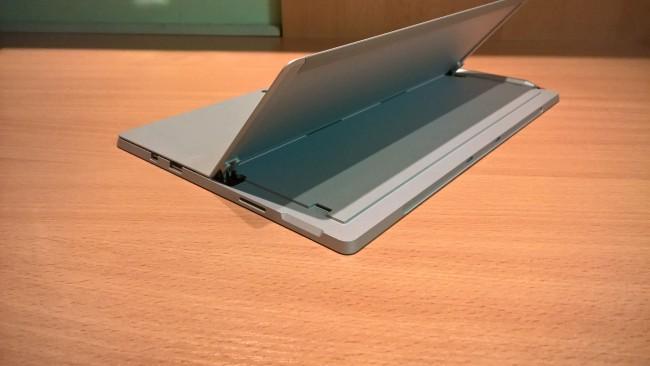 Slot na kartę microSD jest zgrabnie ukryty za stojakiem