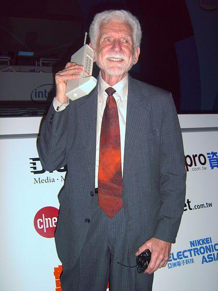 Martin Cooper z pierwszym telefonem komórkowym Motoroli